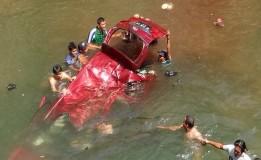 Akibat Kehilangan Kendali Mobil Avanza Masuk Kedalam Sungai 18 Mtr