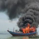 Kebakaran Di Pelabuhan Benoa Menghanguskan Sebuah Kapal Nelayan