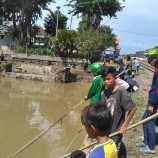 Ratusan Ikan Mabuk di Kali Jagir Jadi Berkah Bagi Warga Surabaya